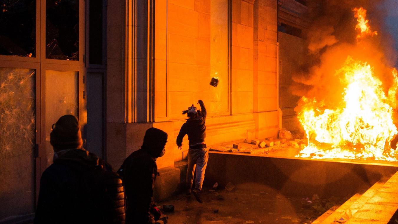 Avant la manifestation du 8 décembre, les magasins des Champs-Élysées barricadés