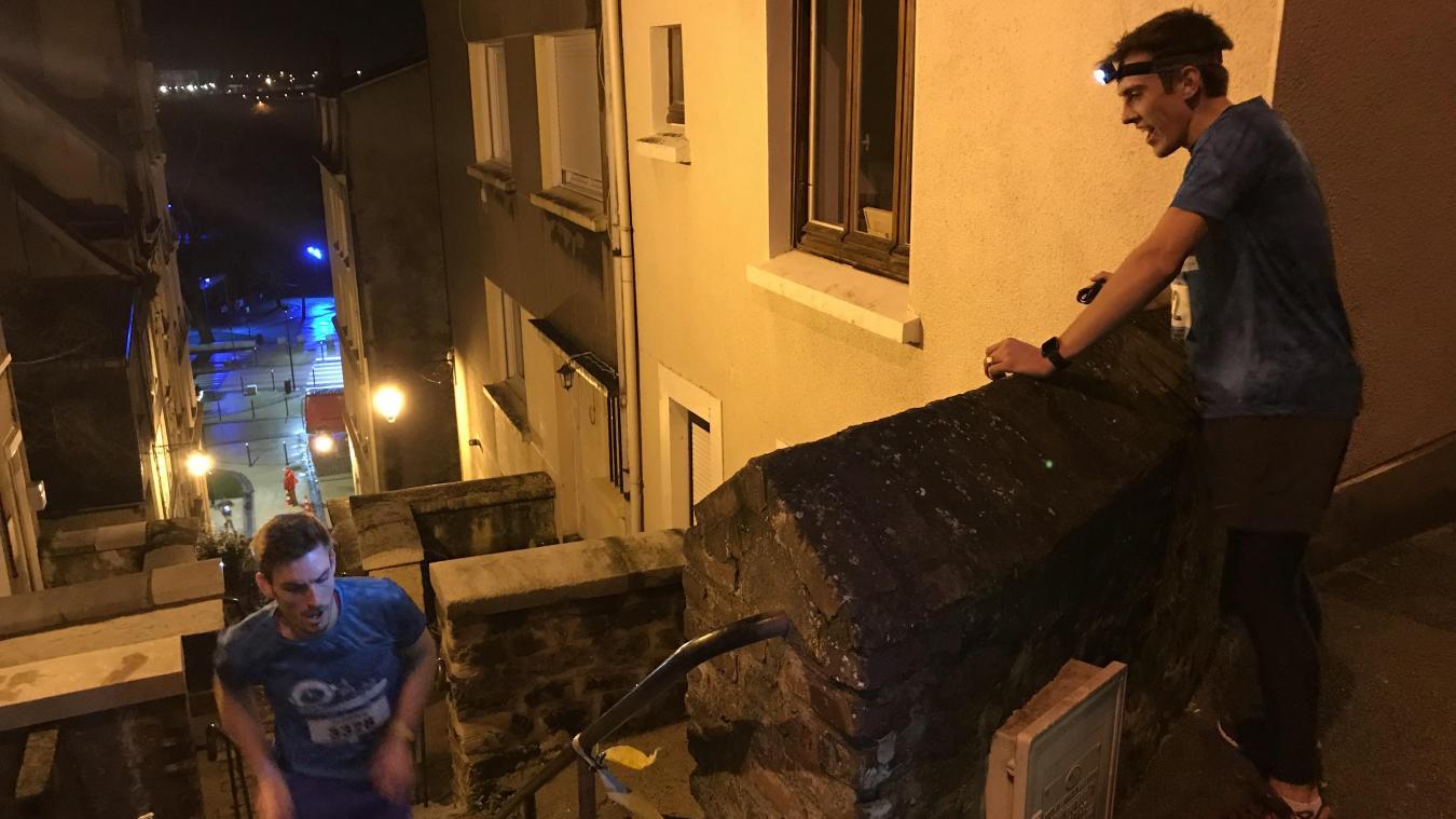 En haut de la rue du Machicoulis, l'effort est rude alors l'entraide et les encouragements sont de mise.