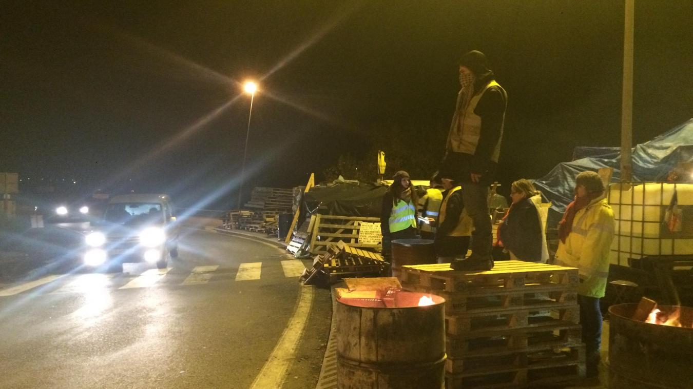 Une file camion, une file voiture et le péage gratuit à Petit Fontaine ce lundi juste avant l'intervention du président de la République.