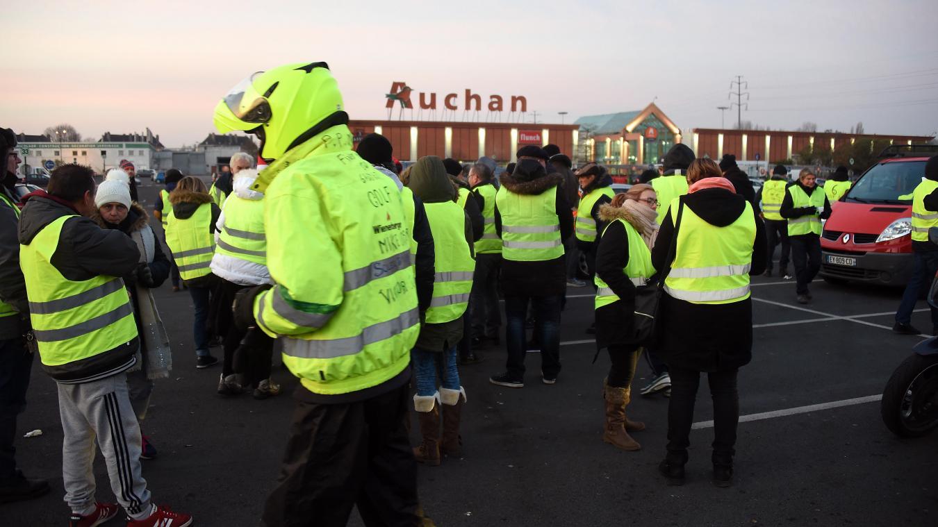 e5fec6e7a46c Une soixantaine de Gilets jaunes réunis devant Auchan Roncq ce samedi  matin. Photo François Flourens