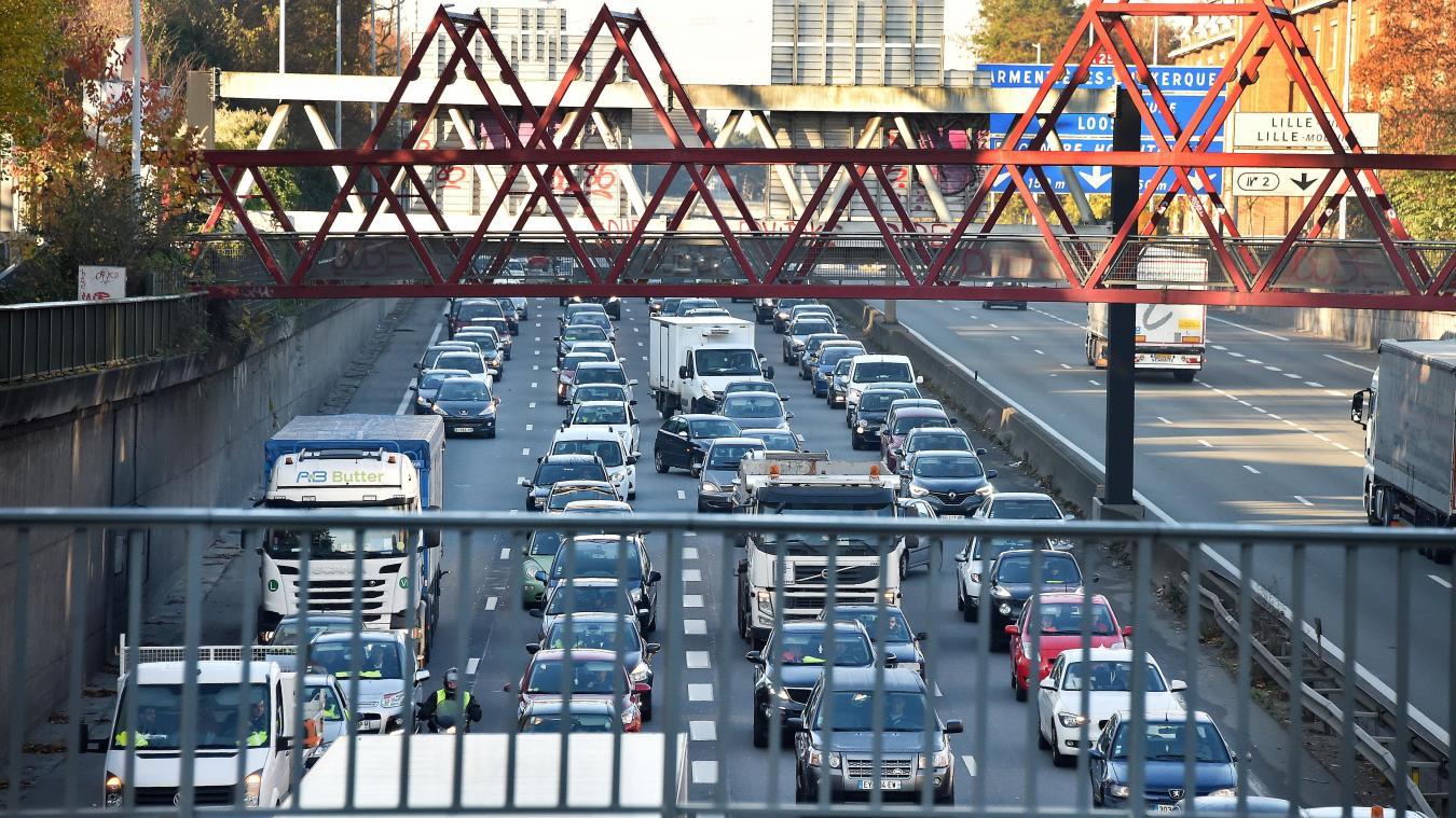 Le périphérique routier, et ses colonnes d'automobiles et de poids lourds, est la principale source de pollution atmosphérique lilloise. PHOTO ARCHIVES PIERRE LE MASSON