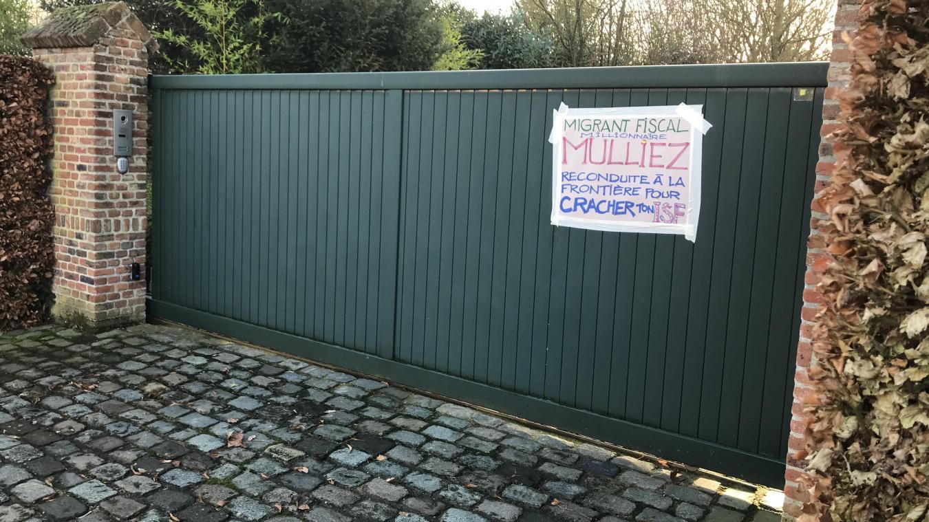 Une trentaine de Gilets jaunes venus de Tourcoing ont débarqué ce samedi matin à Néchin, ici devant le domicile présumé de Patrick Mulliez.