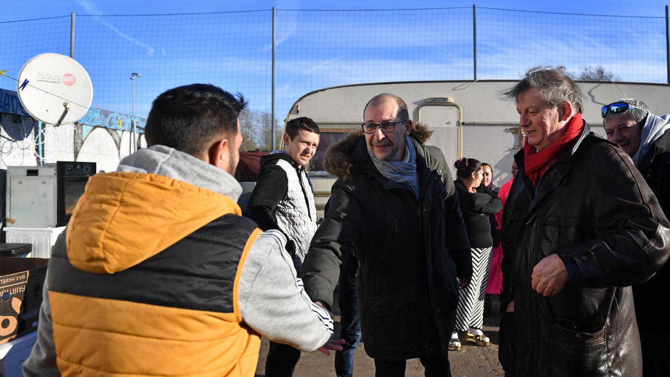 Malik Salemkour, president de la Ligue des droits de l'Homme, et Dominique Plancke ce matin au camp de l'ancienne station Total. PHOTO FLORENT MOREAU LA VOIX DU NORD