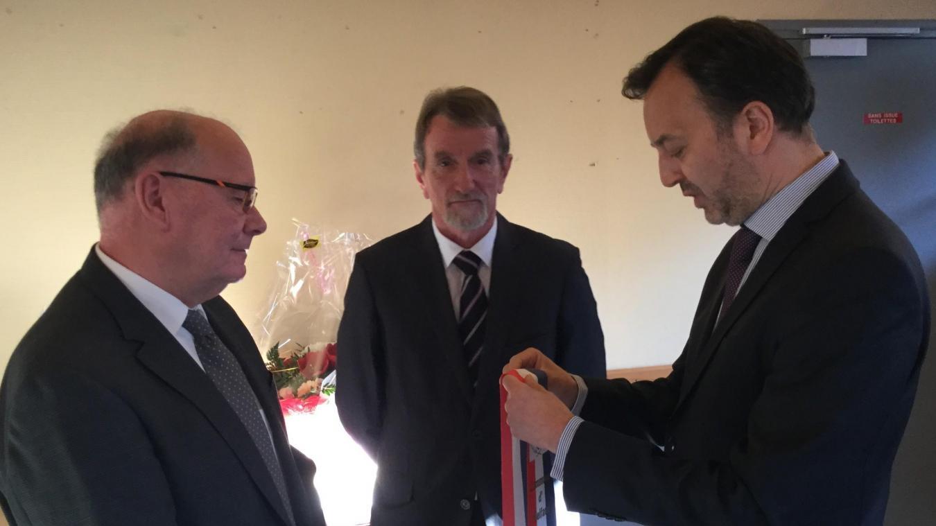 Eric Rolin (à gauche) a reçu l écharpe de maire honoraire de François 52a41ea477b