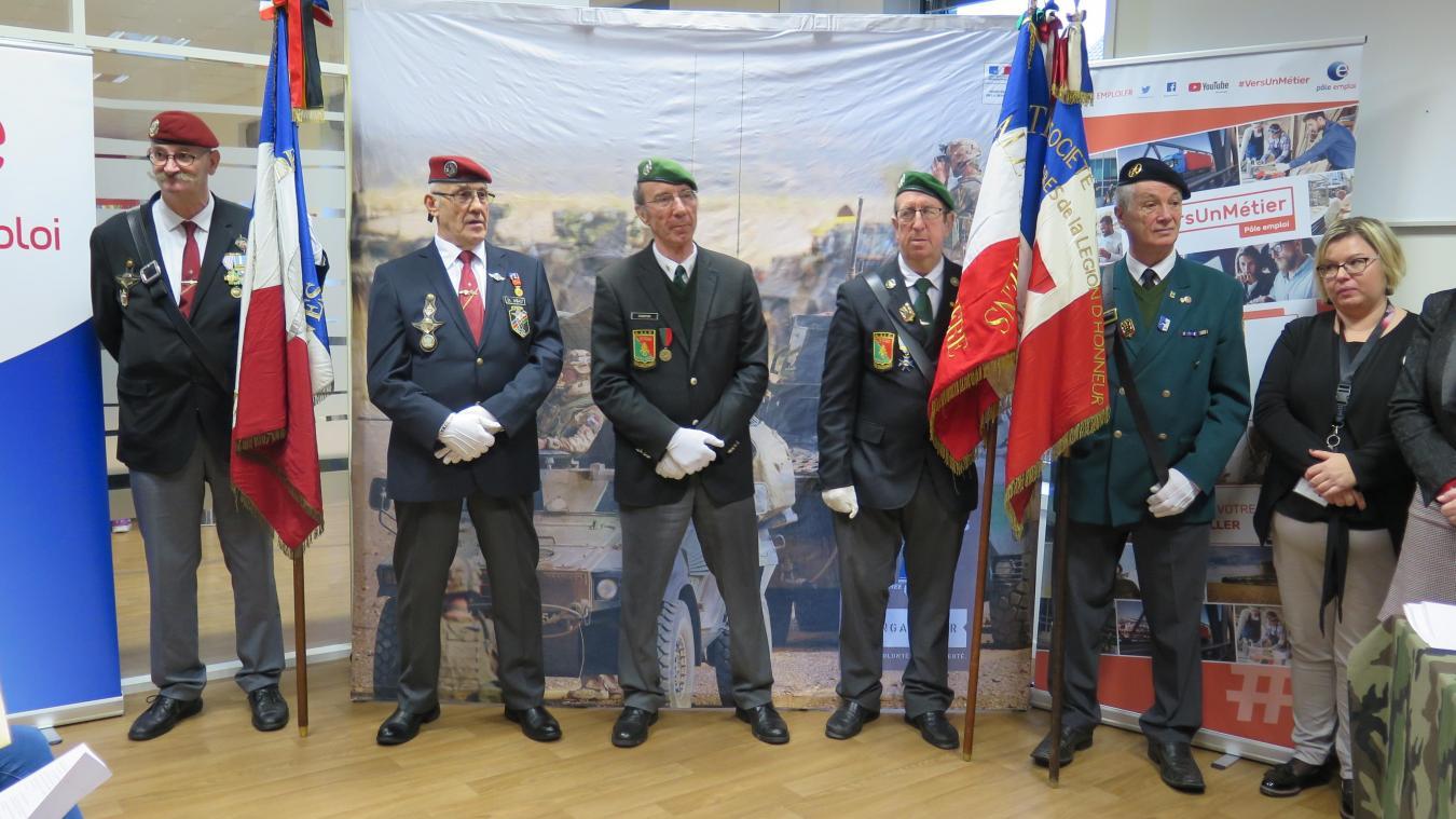 964fd5f8bb021 Les dix-sept jeunes ont signé leurs contrats en présence des porte-drapeaux  de l'Union nationale des parachutistes de Valenciennes, de la Légion  étrangère ...