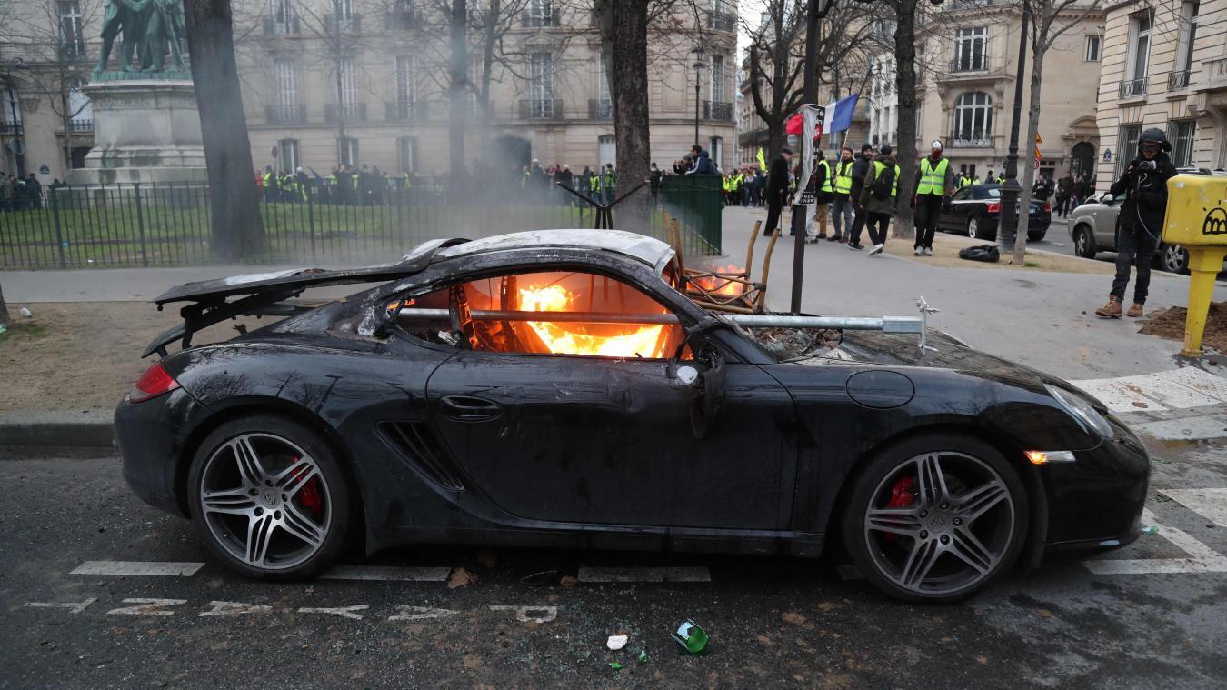 La Porsche du chef incendiée par des casseurs à Paris — Christian Etchebest