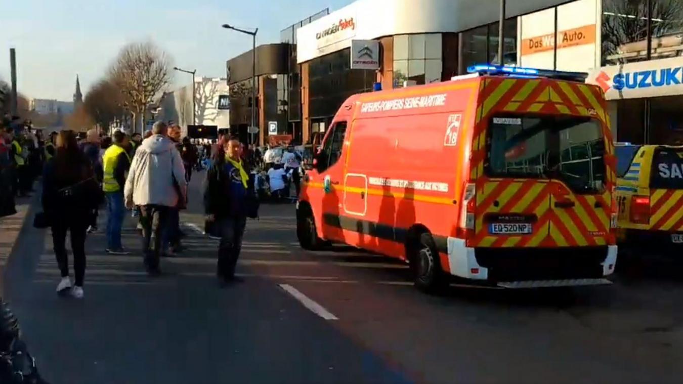 Gilets jaunes en France: quatre manifestants blessés par une voiture à Rouen