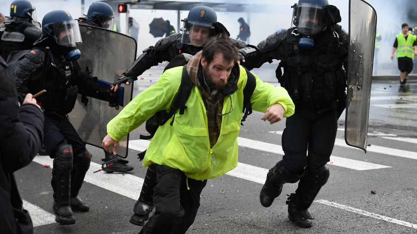 Gilets jaunes: une vidéo montre un manifestant matraqué à terre