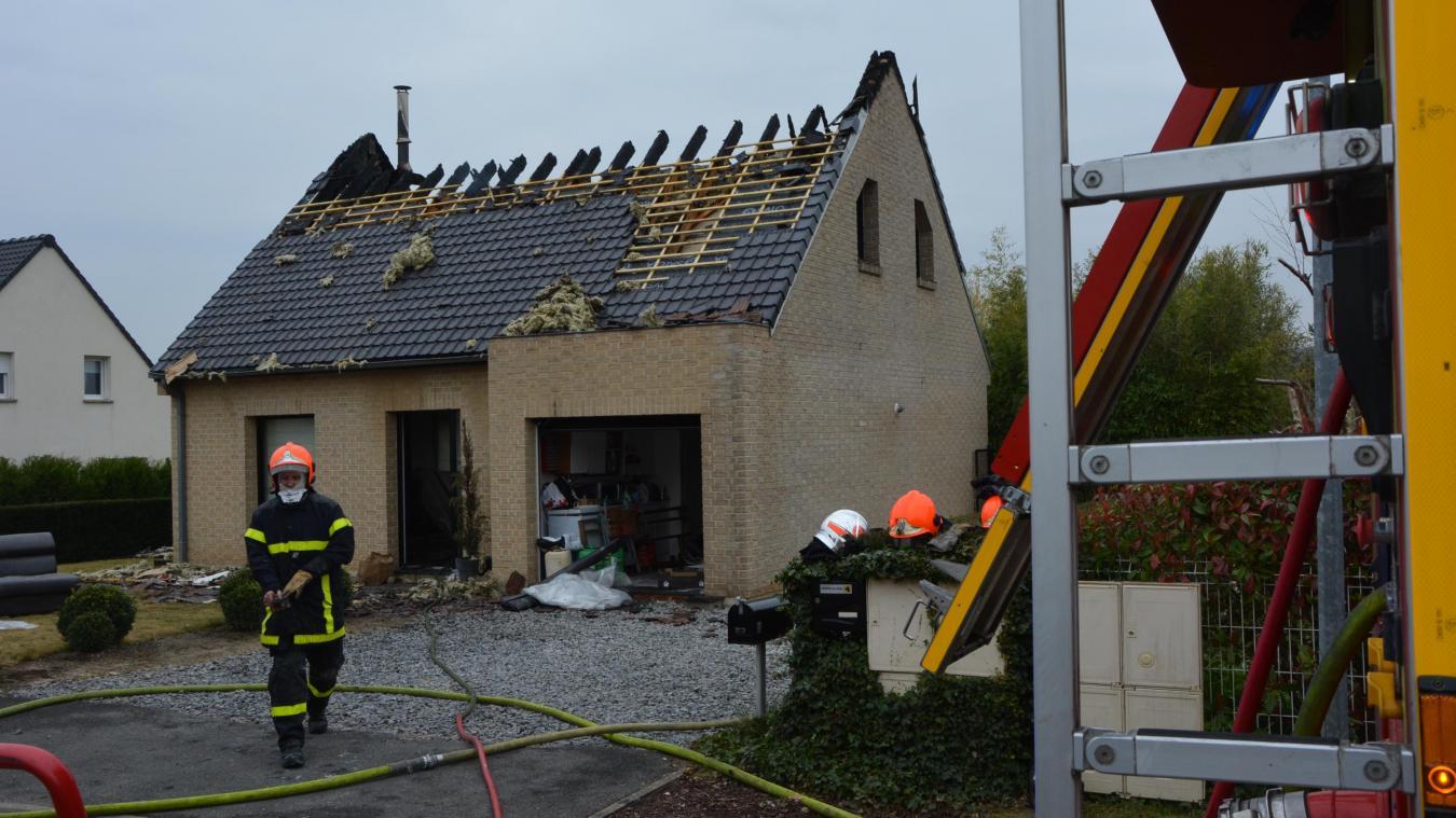 Les soldats du feu ont dû activer deux lances pour maîtriser le feu, qui a été circonscrit à l'habitation en flammes.