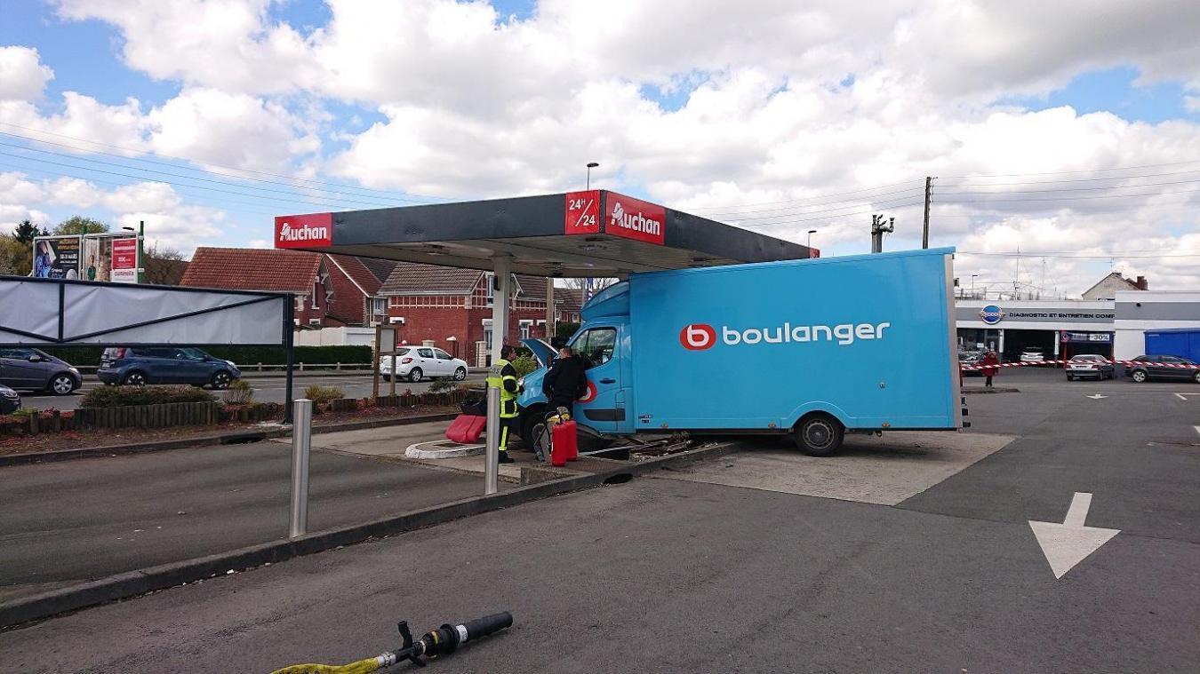 Lens Gare Sur Le Parking D Auchan Le Camion Devale La Pente Et Finit Dans Les Pompes A Essence