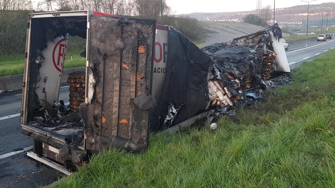 El camión se incendió mientras conducía por la carretera de circunvalación del puerto A16.