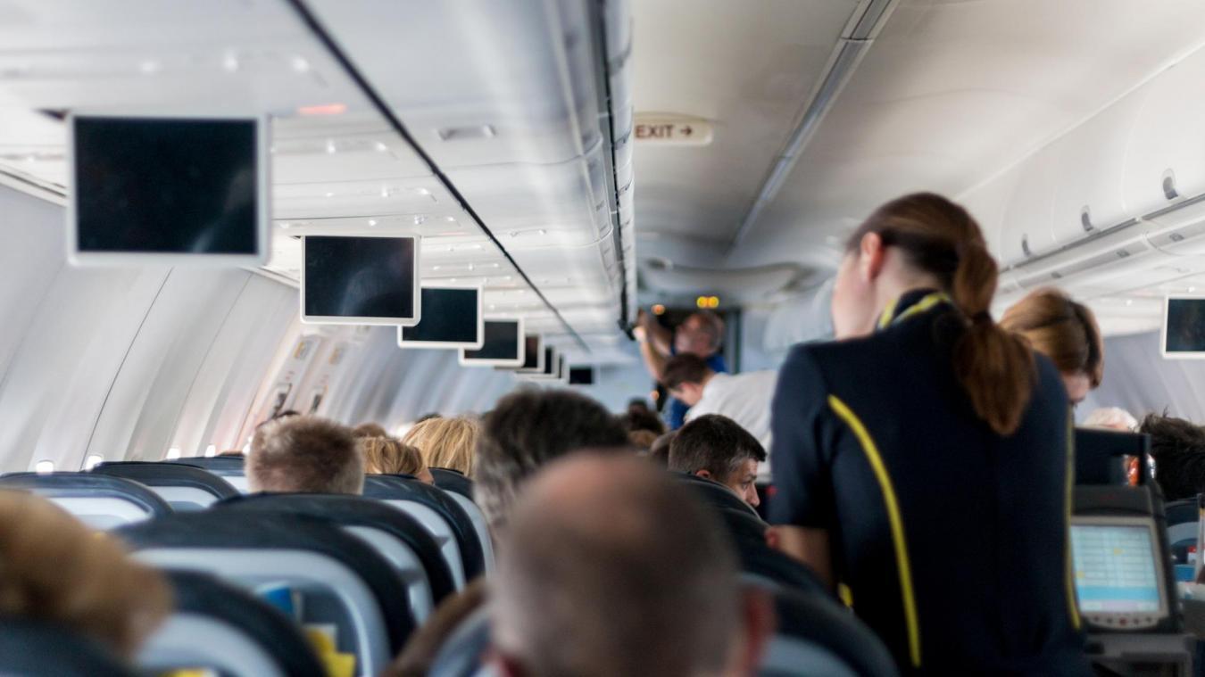 Une hôtesse cachée dans un coffre à bagages (vidéo) — Insolite