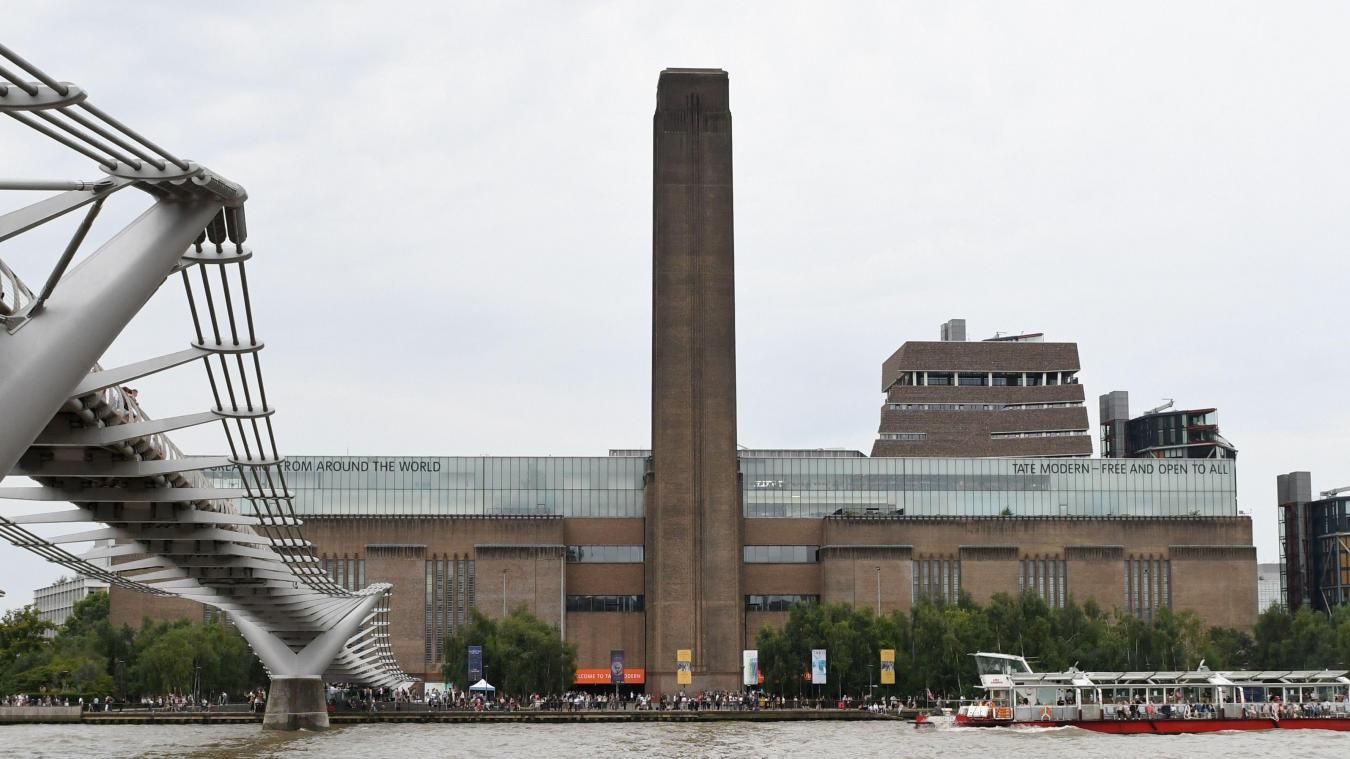 L'enfant poussé du musée a la colonne brisée