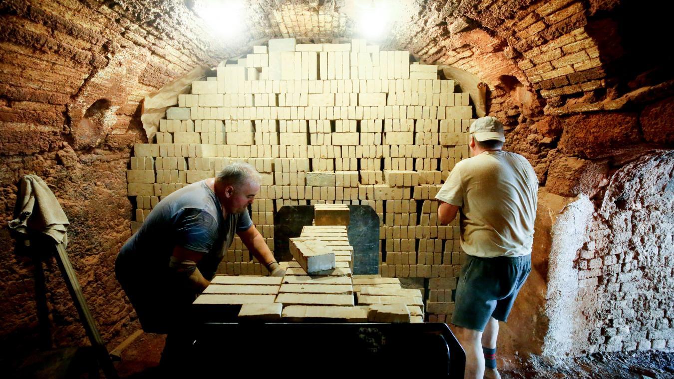 Quarante à 45 wagons de 400 briques sont enfournés chaque jour dans le four, qui peut en contenir 280 000. Disposées avec soin par Philippe et Jean-Louis pour permettre au feu de les traverser, elles vont patienter une dizaine de jours avant cuisson. PHOTO SAMI BELLOUMI