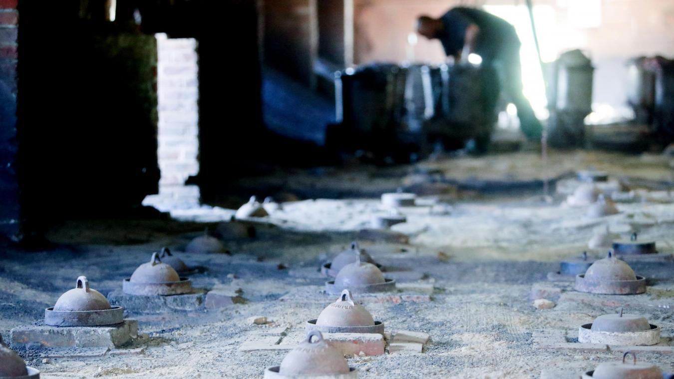 Juste au-dessus de ses collègues qui enfournent et défournent, Hicham, l'un des cuiseurs, veille sur les 28 marmites remplies de charbon, qui alimentent le feu. PHOTO SAMI BELLOUMI
