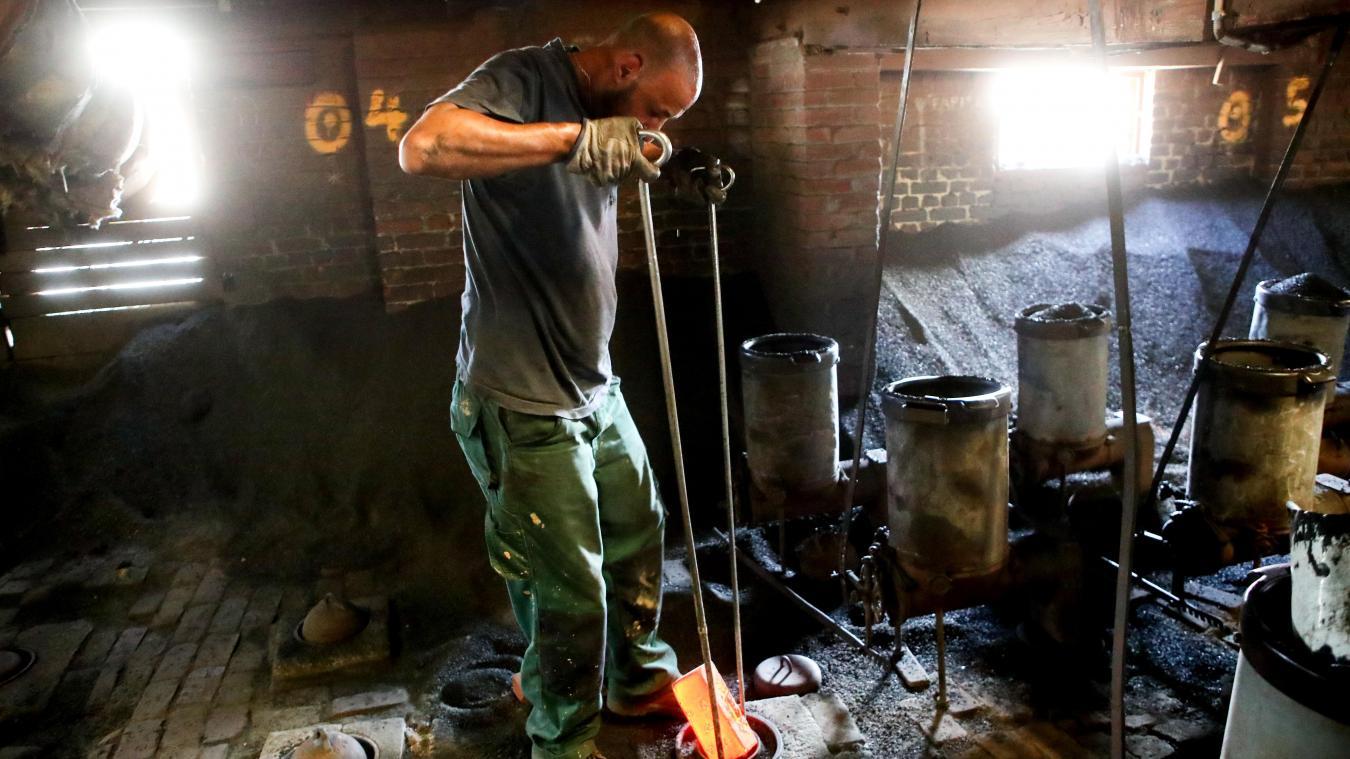 Le feu, nourri au charbon, se déplace à l'intérieur du four et en fait le tour complet (soit 83 mètres) en trois semaines et demie. PHOTO SAMI BELLOUMI