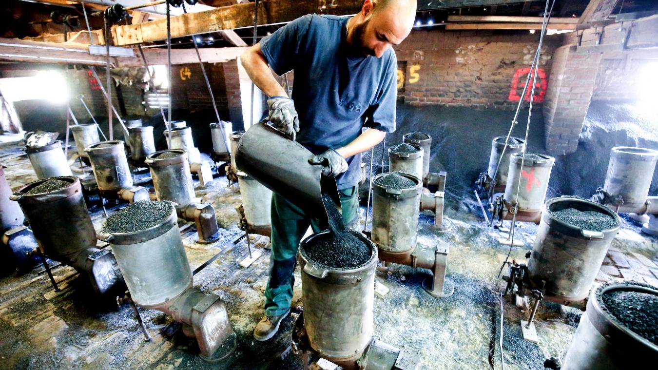 Hicham, l'un des cuiseurs, doit ajuster en permanence l'intensité du feu, qui se déplace juste en dessous dans une sorte de galerie circulaire où cuisent les briques. PHOTO SAMI BELLOUMI