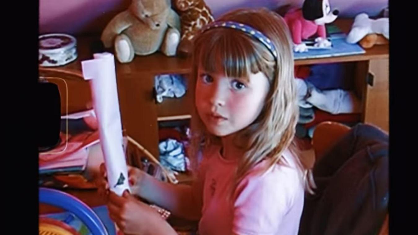 Angèle ressort des vidéos de son enfance pour le clip