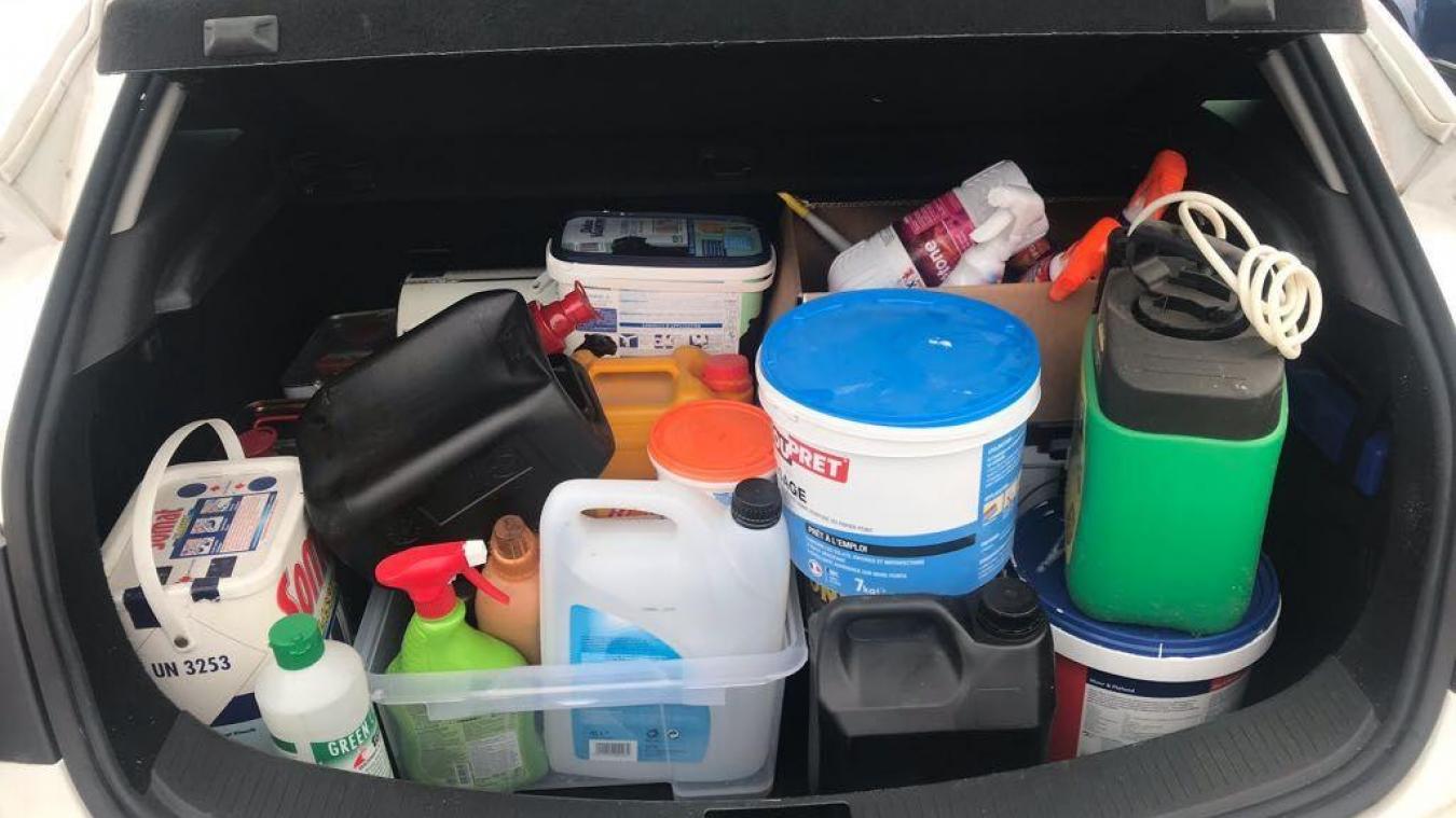 Une Collecte De Produits Chimiques Sur Le Parking De Leroy