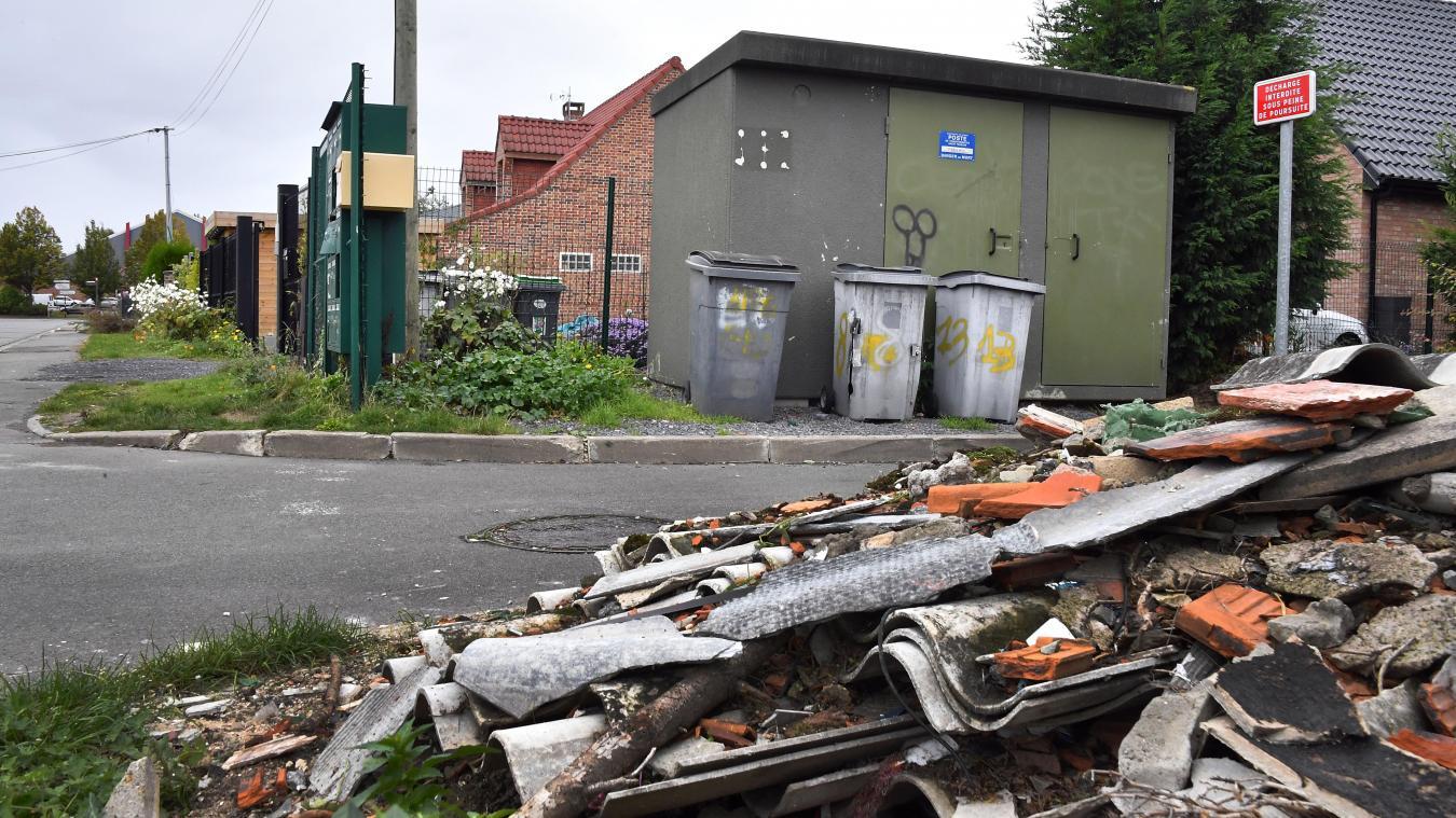 À Lomme, comme dans plusieurs communes de la métropole, des dépôts sauvages d'amiante polluent les rues. PHOTO PIERRE LE MASSON