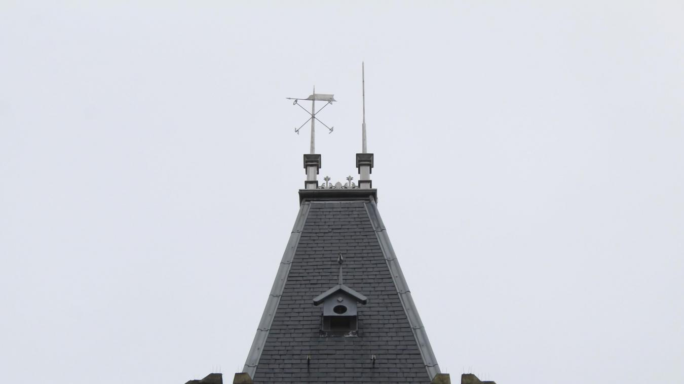 Oignies : le pinacle de l'hôtel de ville a retrouvé sa girouette - La Voix du Nord