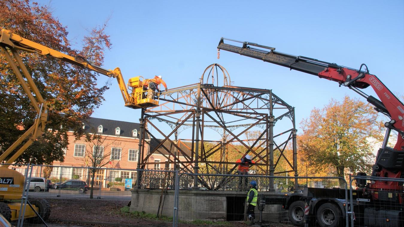 Wormhout: le démontage du kiosque a commencé sur la Grand-Place - La Voix du Nord