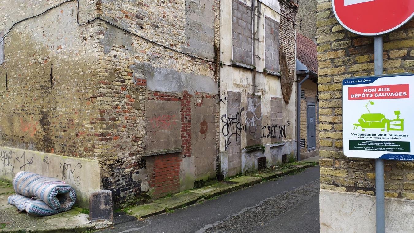 Saint-Omer: un dépôt sauvage au pied du panneau les interdisant - La Voix du Nord
