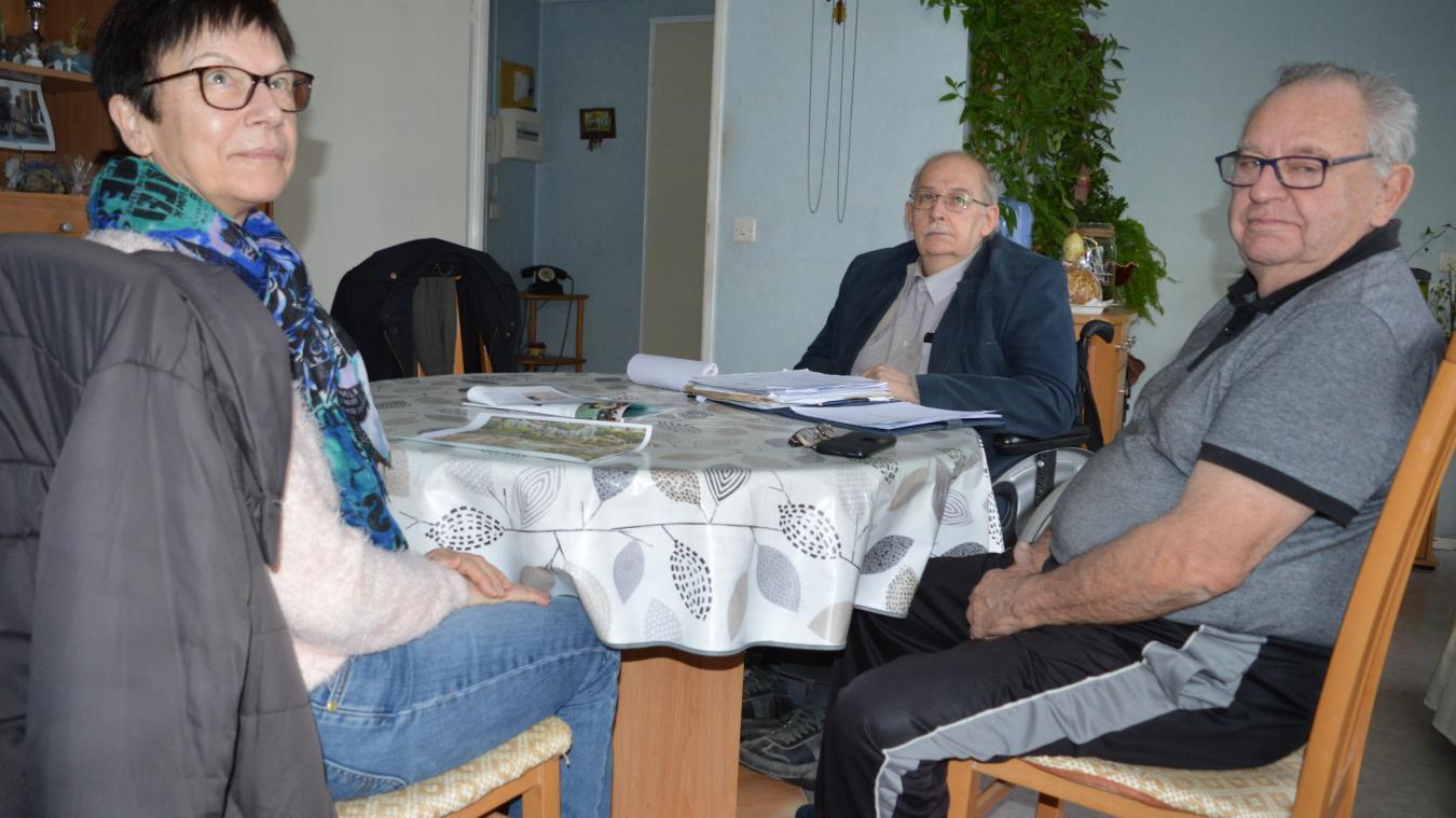 Au fond, le président de l'ARA, Bernard Caignet, à droite, le vice-président, Claude Dangremont, et à gauche, Marie-France Caron, la trésorière.