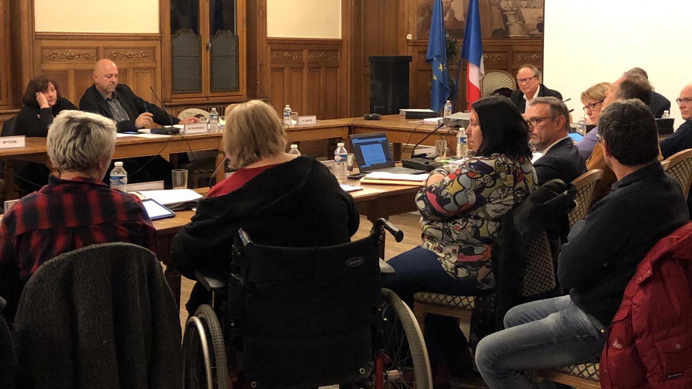 Le conseil a été interrompu le temps qu'une personne à mobilité réduite témoigne.