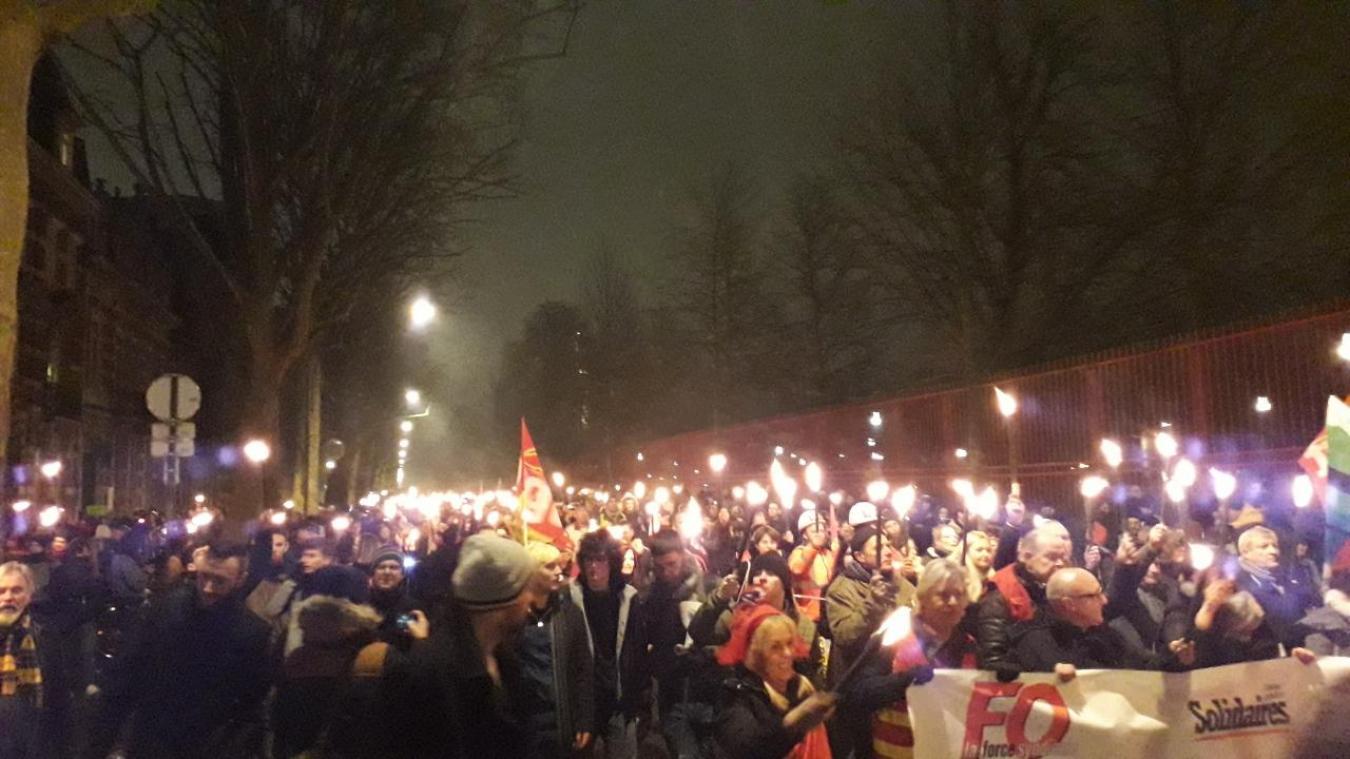 Lille: une manifestation aux flambeaux contre la réforme des retraites