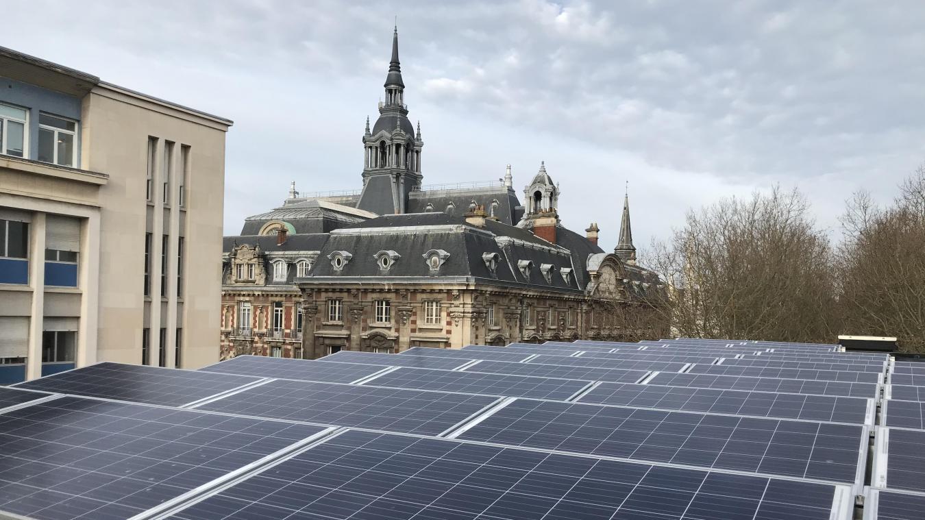 Les panneaux solaires ont été installés en juin 2019, et ont été rejoints par une éolienne en décembre.