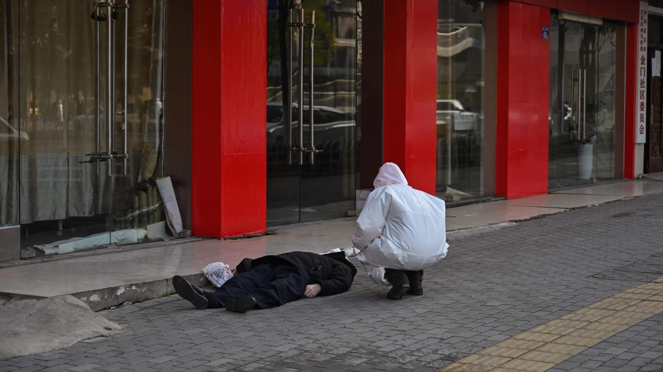 Coronavirus: À Wuhan, un homme meurt sur un trottoir
