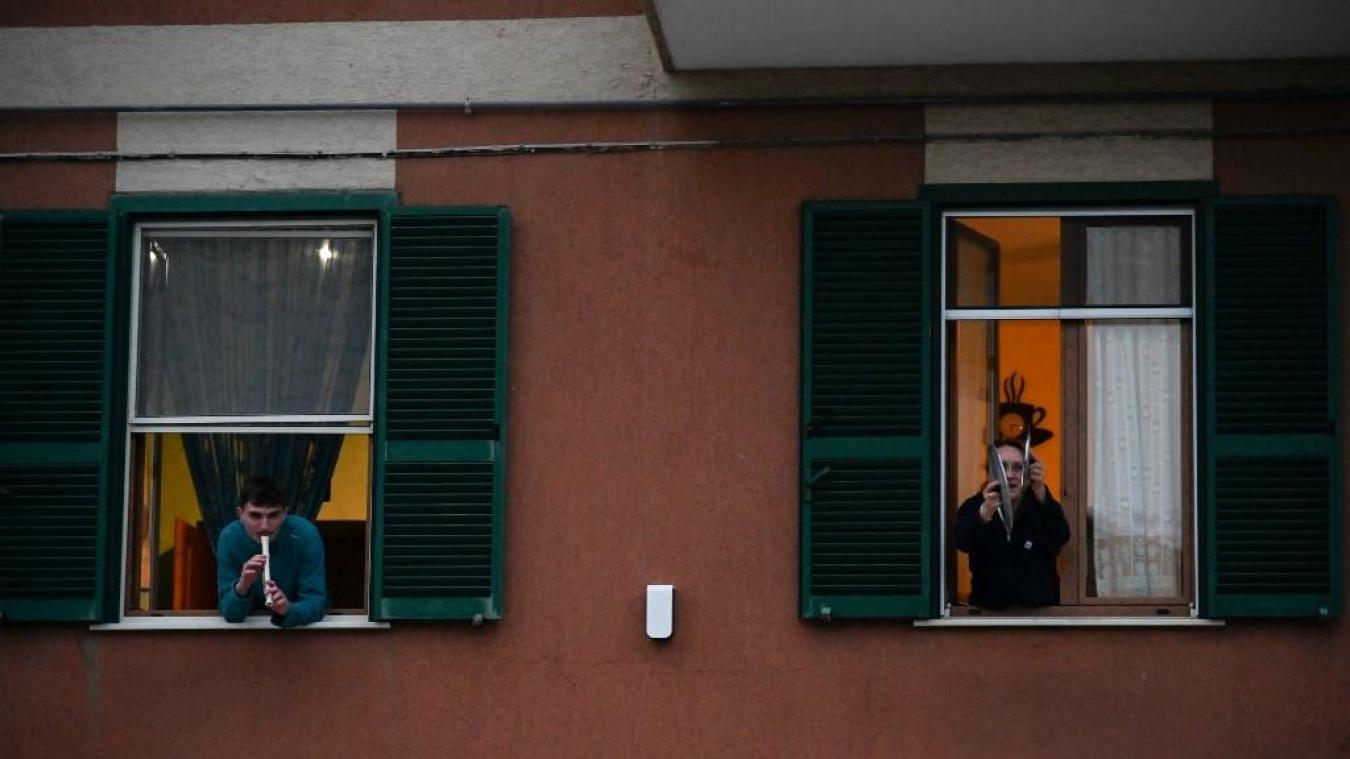 Coronavirus: des résidents de toute l'Italie chantent depuis les fenêtres et les balcons pour remonter le moral