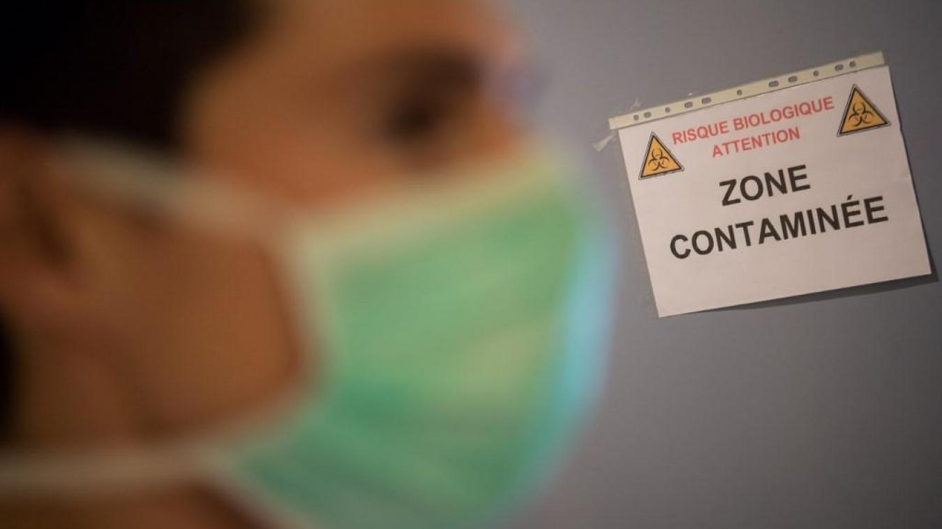 Le port d'un masque est vivement recommandé afin de ne pas disperser des postillons, potentiellement infectieux, autour de soi. PHOTO ILLUSTRATION AFP