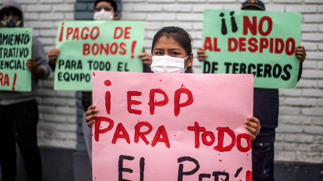 Le personnel de l'hôpital public Hipolito Unanue de Lima exprime son mécontentement face au manque de moyens