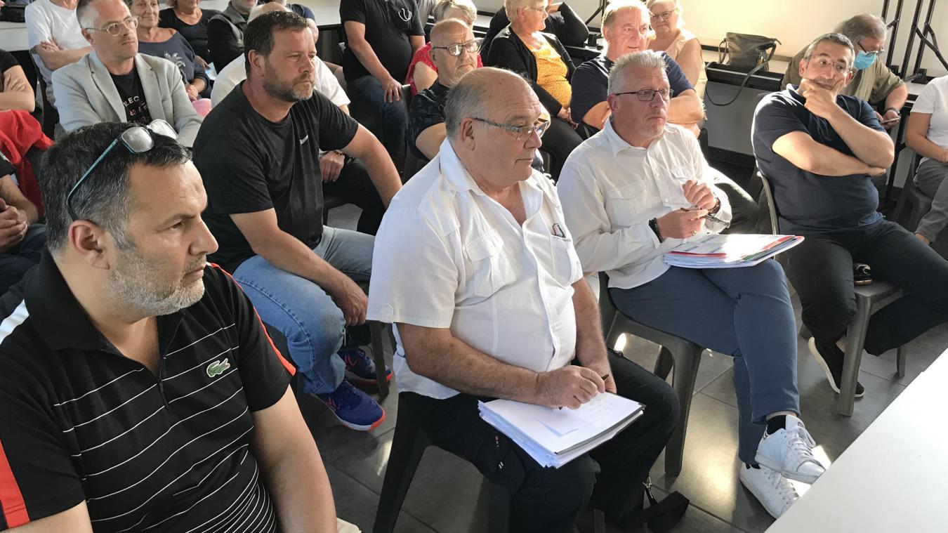 Moktar Aïche, Roland Bouvart et David Richer sont derrière Joël Bois (chemise et baskets blanches), arrivé quinze points derrière le maire sortant, Grégory Lelong, au premier tour.