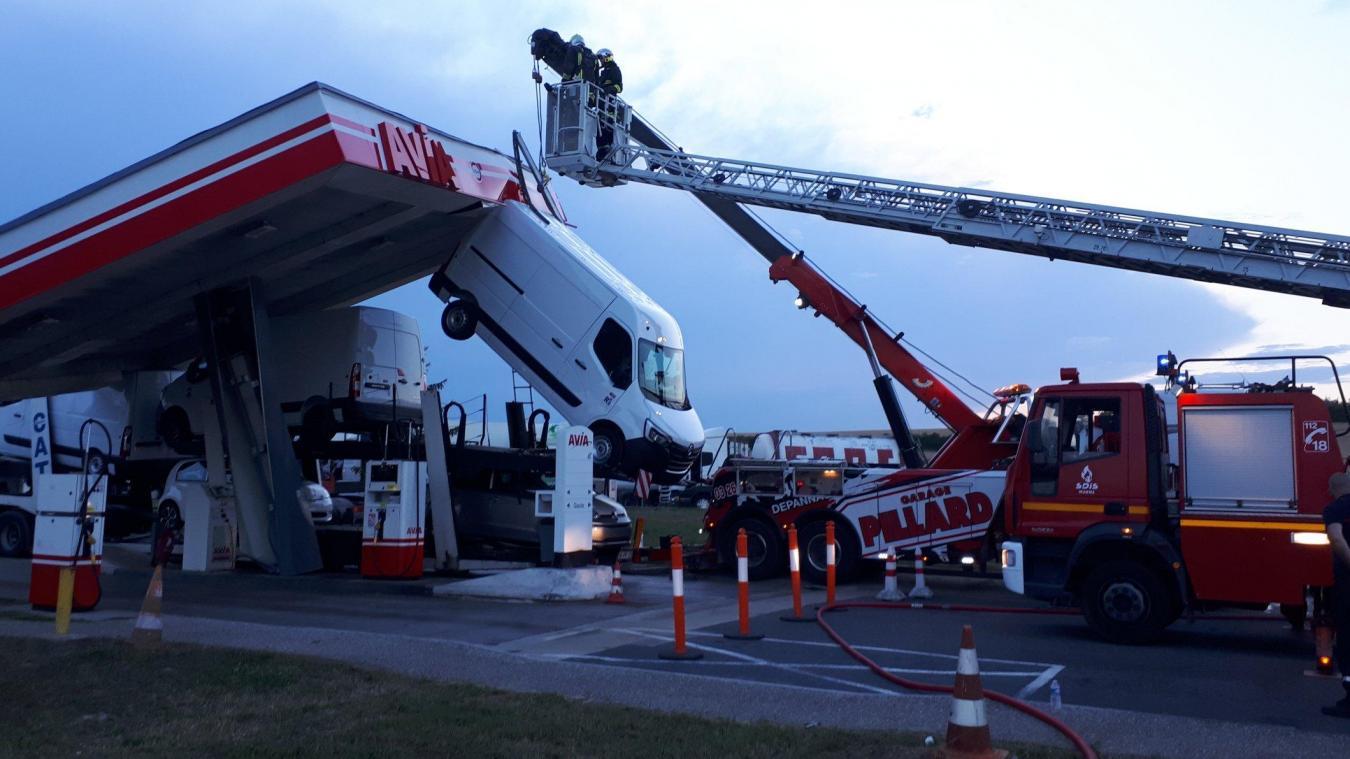 Marne: Spectaculaire accident d'un poids lourd dans une station-service sur l'A4