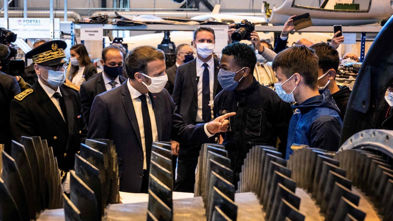 Il s'étouffe avec son masque et inquiète les internautes — Emmanuel Macron