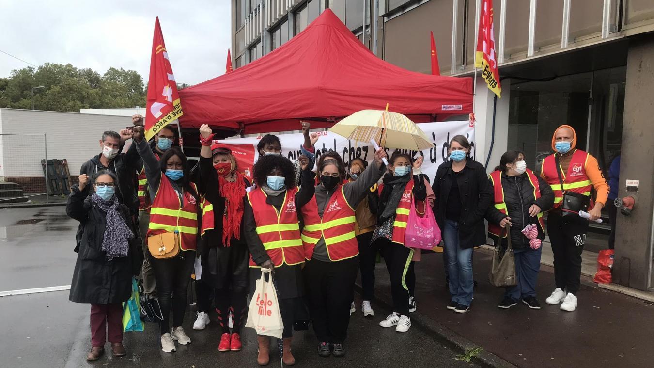 Lille: la CGT manifeste devant la Maison d'aide à domicile, qui cherche à  recruter