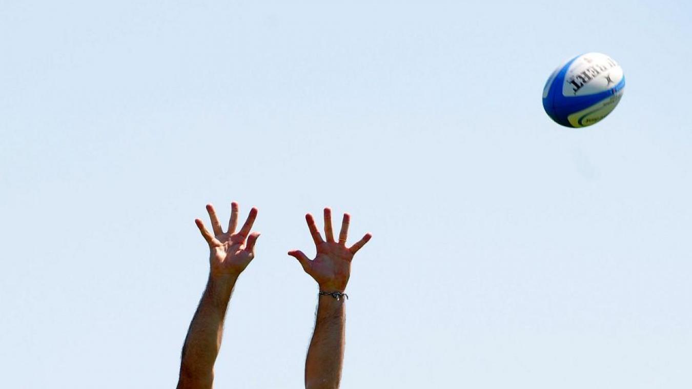 Coronavirus : la photo des rugbymen qui se lavent en plein air fait le buzz et pose une question