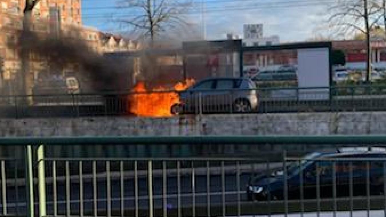 Le maire de Marcq a dû avancer quand le feu est passé au vert. Il a prévenu les secours et fait demi-tour pour prendre la photo.
