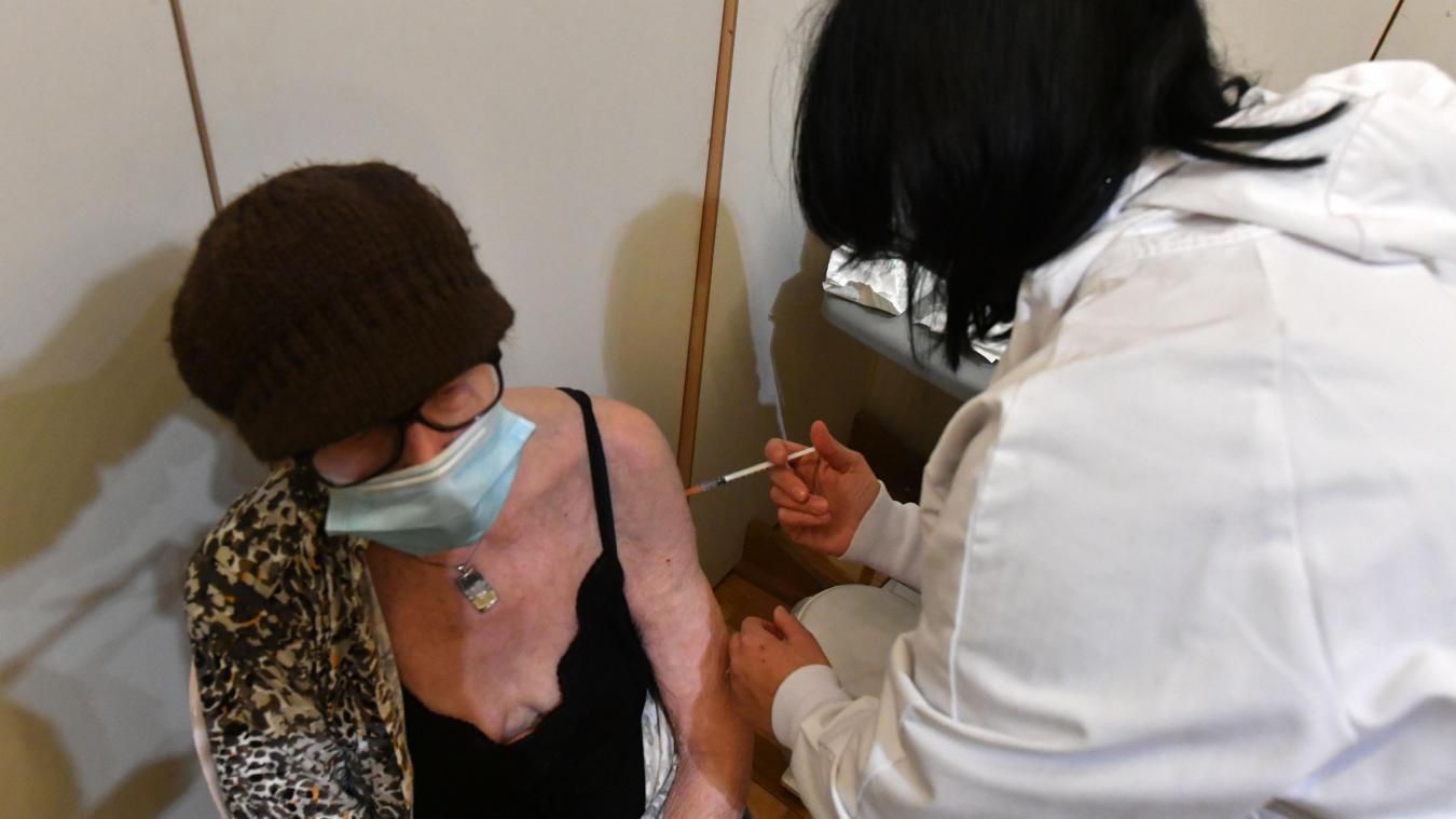 Lille: ce lundi à Fives, Chantal et Francis ont ouvert le bal de la vaccination
