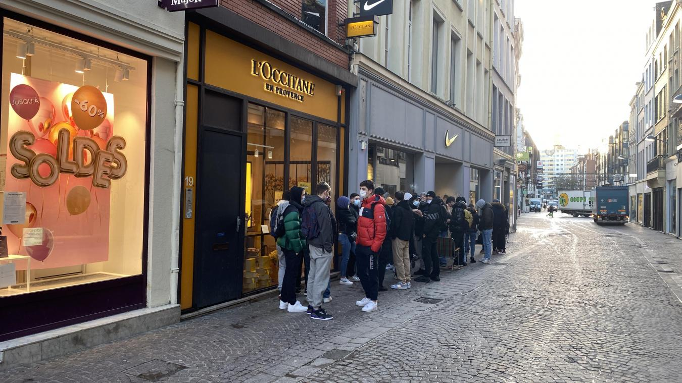 Lille: une file devant le magasin Nike pour la sortie d'une paire de baskets en édition limitée