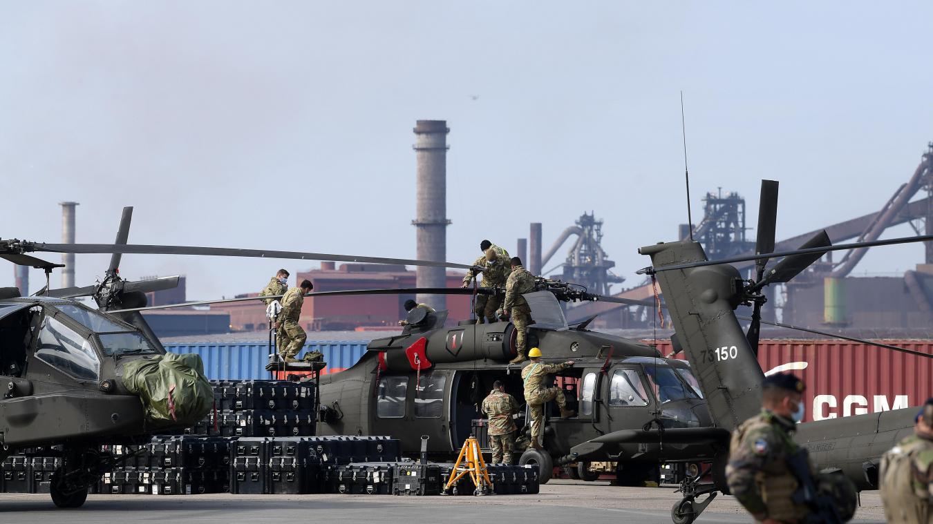 Les mécaniciens et la maintenance préparent les hélicoptères pour leur voyage de Dunkerque à Calais, puis vers l'Allemagne et la Pologne.