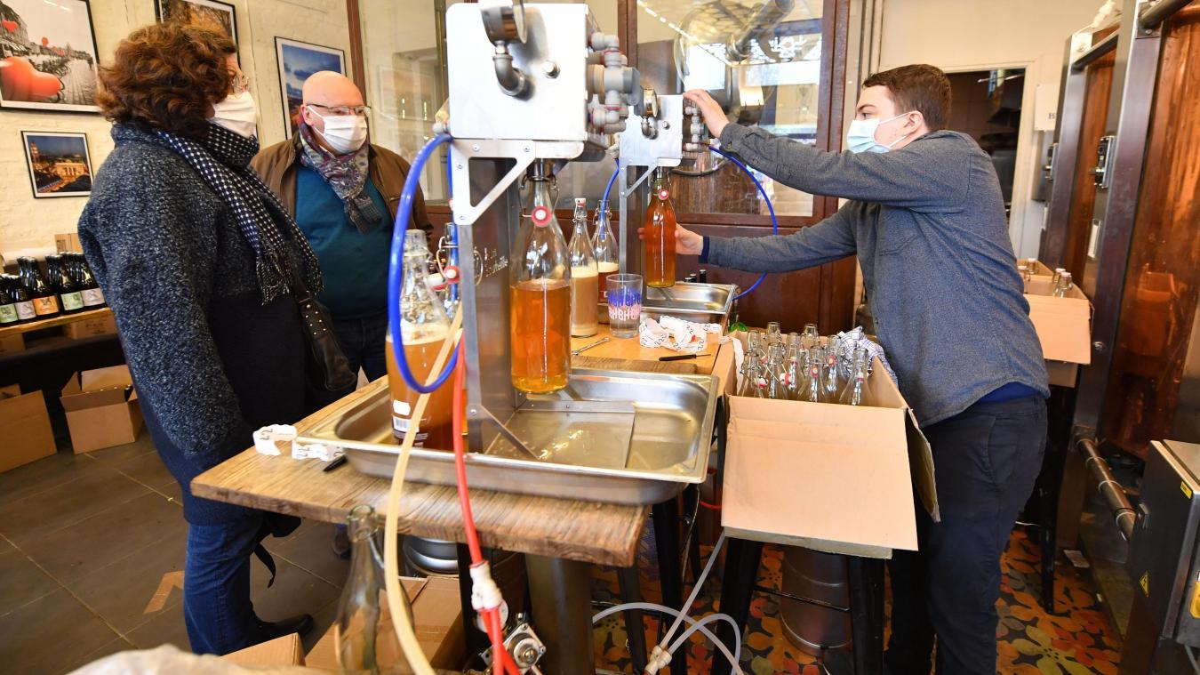 Ce samedi à la Mousse Touch, les fûts de bière ont rempli quelques litrons pour le plaisir des clients. PHOTO STEPHANE MORTAGNE LA VOIX DU NORD