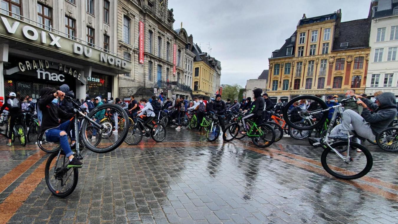 Environ 150 fans de «bike-life» ont bravé la pluie pour se réunir ce jeudi midi sur la Grand-Place à Lille. Photo Stéphane Mortagne