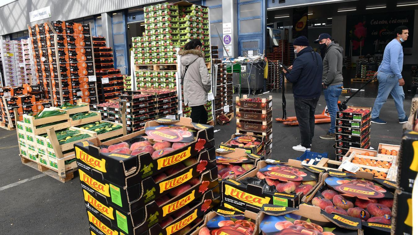 L'activité est dense au MIN de Lomme, à la veille d'un important week-end de marchés, mais également à quelques jours de la réouverture des terrasses des restaurants. PHOTO PHILIPPE PAUCHET