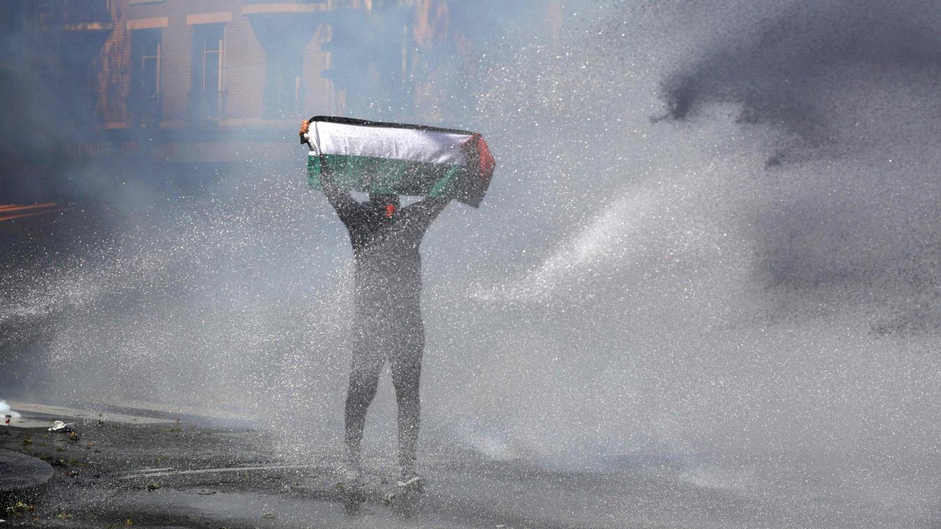 Malgré l'interdiction de manifester à Paris, l'utilisation des gaz lacrymogènes et des canons à eau, ils étaient des milliers de manifestants présents pour défendre le peuple ce samedi. Photo GEOFFROY VAN DER HASSELT / AFP