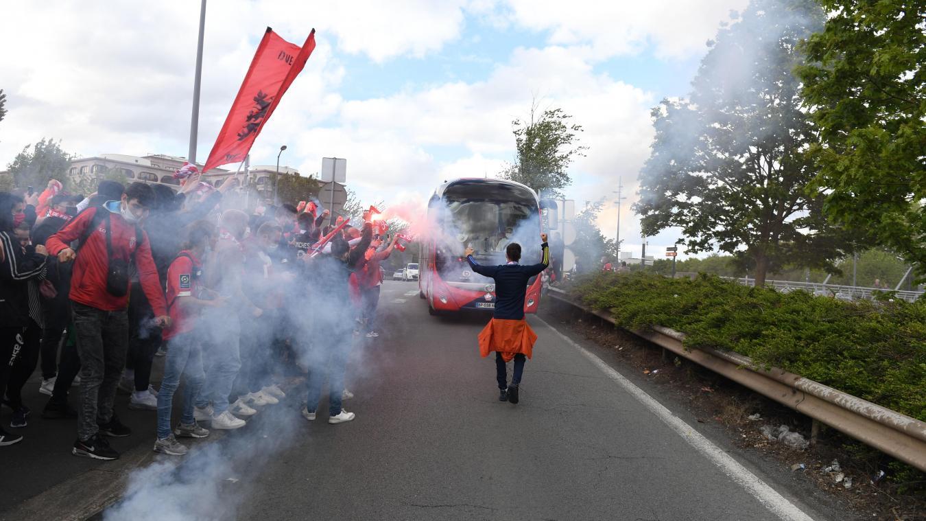 Football: l'arrivée du bus des joueurs du LOSC au milieu d'une marée de supporters