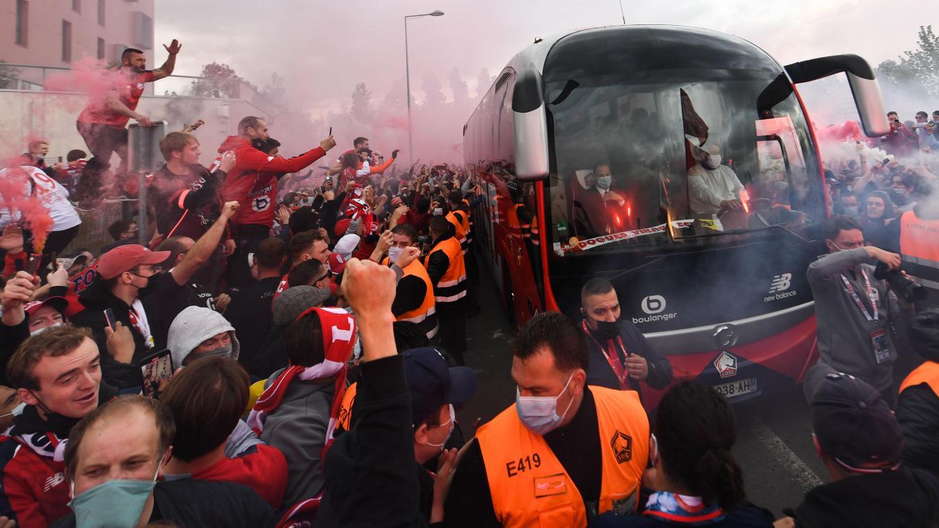 Le bus du LOSC n'est pas parti seul vers son destin, des milliers de supporters étaient là pour l'accompagner